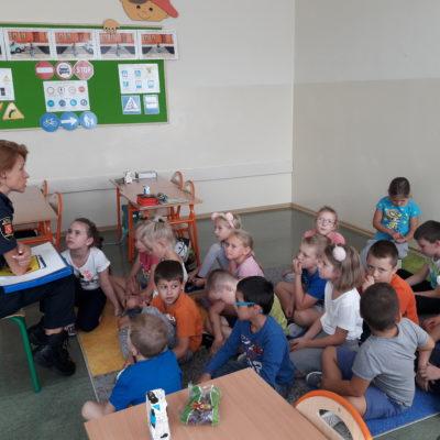 Spotkanie pierwszoklasistów Szkoły Podstawowej nr 5 w Andrychowie  z przedstawicielem Straży Miejskiej
